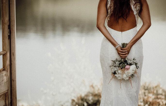 o vestido e flores da noiva