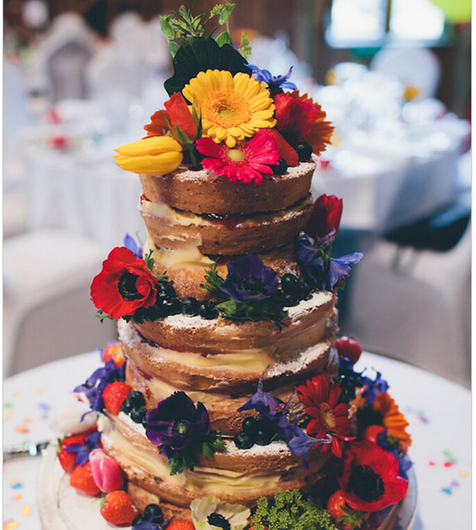 Nakes Cake decorado con flores coloridas y frutas de temporada. Foto: We heart pictures