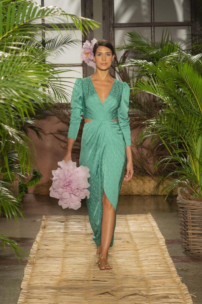 Vestido de fiesta verde escote en V, cut out en la cintura y falda largo midi