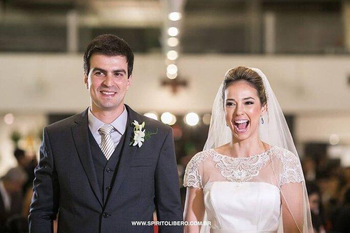 noivos na Igreja, sorrindo