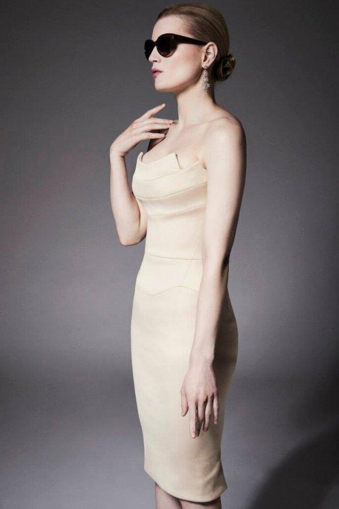 Vestido de novia con escote palabra de honor y silueta ceñida estilos años 50 - Foto Zac Posen