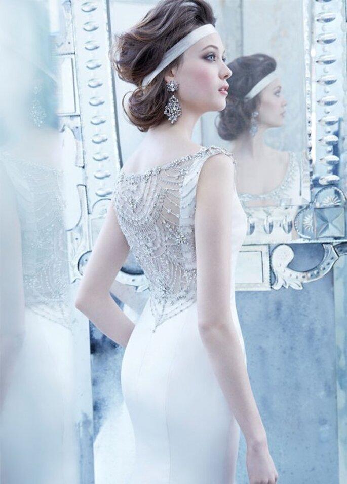 Vestido de novia 2013 en color blanco con marco en la espalda cubierto de pedrería y cauda estilo catedral - Foto Lazaro en JLM Couture