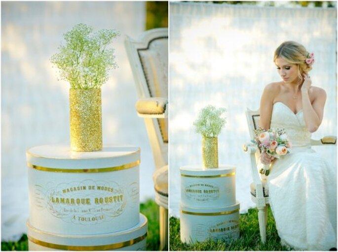 Florero y cajas estilo vintage con detalles en color oro - Foto: Set Free Photography
