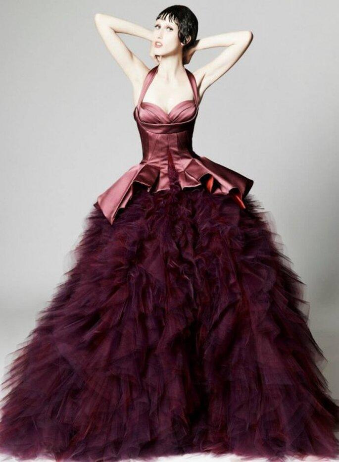 Vestido de fiesta largo en color púrpura con corpiño de satén y falda confeccionada en organza - Foto Zac Posen