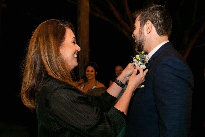 Veridiana Antonelli auxilia o noivo antes da cerimônia