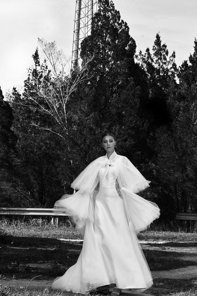 vestido de noiva com capa de tule folhos Gio Rodrigues 2021