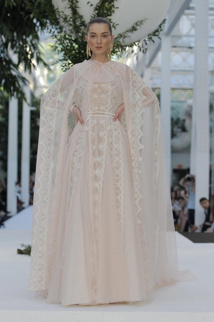 Vestido de novia dos piezas con capa en tul