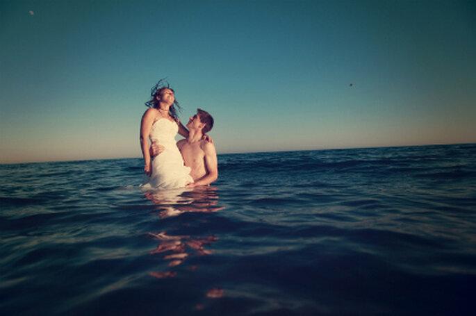 Hochzeit unter freiem Himmel. Nehmen Sie Ihre Hochzeitsgesellschaft mit unter die Sonne. Foto: © Mélissa Lenoir