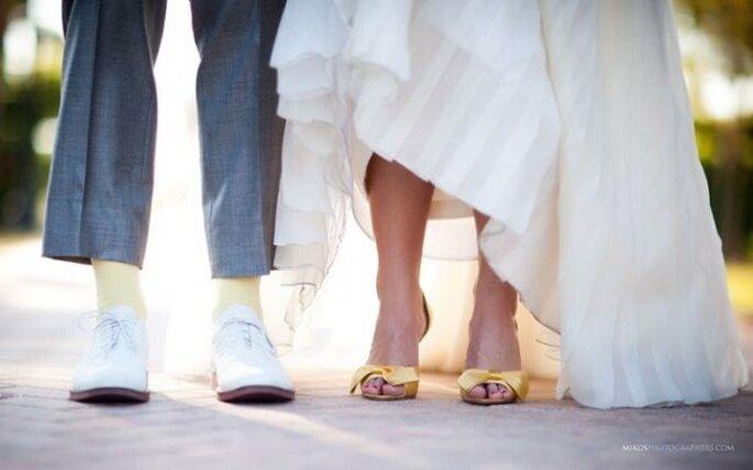 Zapatos de novia en lindos colores - Mikos Photographers