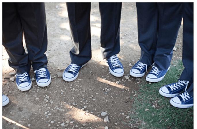 El novio y sus padrinos con un buen par de Converse en color azul marino - Foto Nicole Chatham Photography