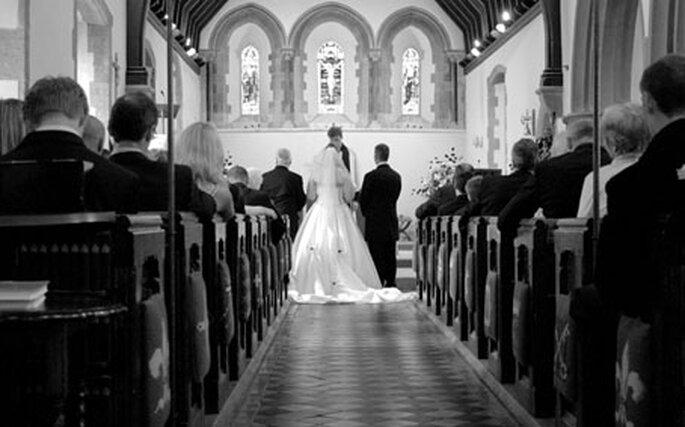 La future mariée se place à gauche de son fiancé