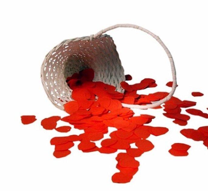 Beispiel für Hochzeitsdeko aus dem weddix shop: Streukörbchen mit Papierkonfetti - rote Herzen