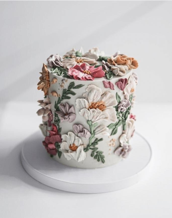 Hochzeitstorte mit Blumenapplikationen