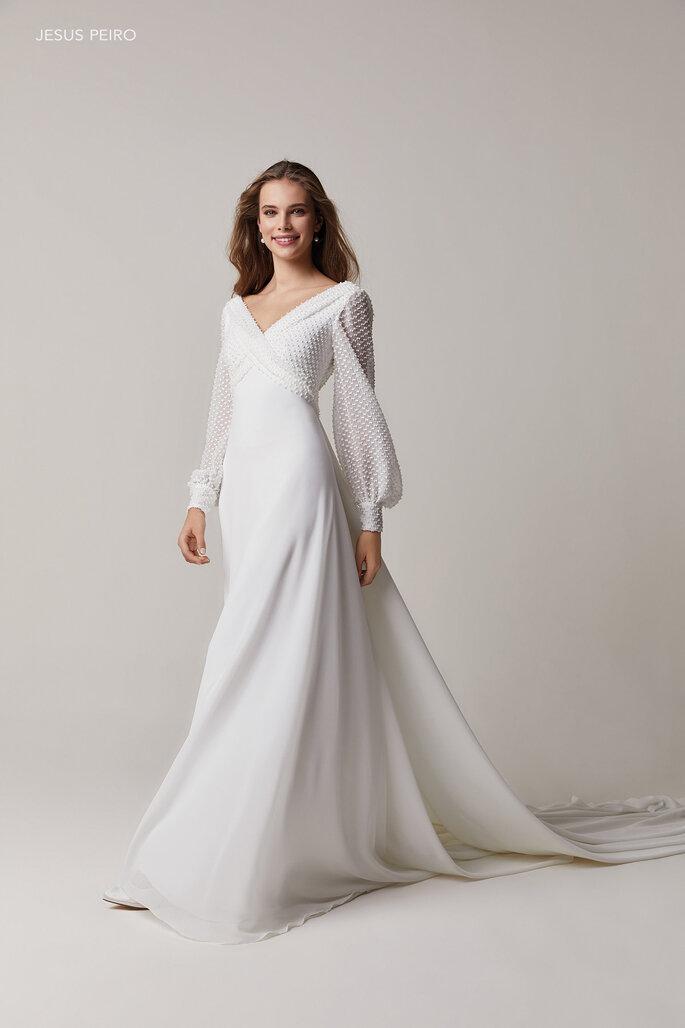 Vestido de novia vintage liso con mangas largas estilo obispo con hombros acentuados