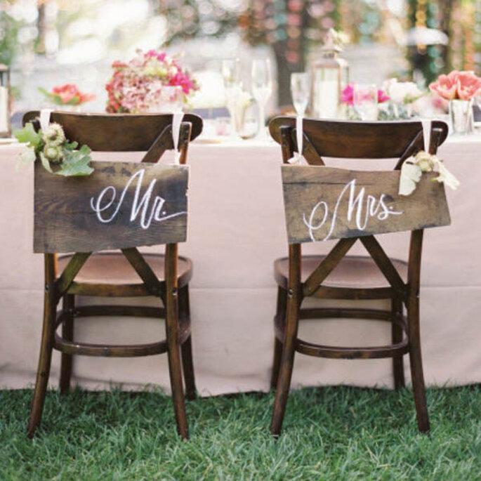 Decoraciones súper originales para las sillas en tu boda - Foto Jose Villa