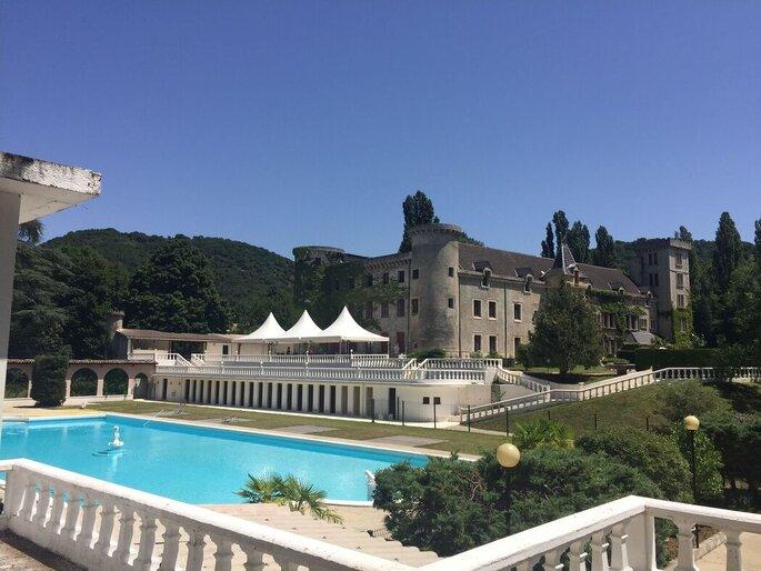 Le jardin du Château de Fontager dispose d'une grande piscine autour de laquelle vous pouvez vous détendre avec vos invités