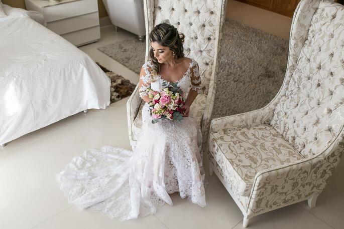Noiva com buquê em tons de rosa e branco