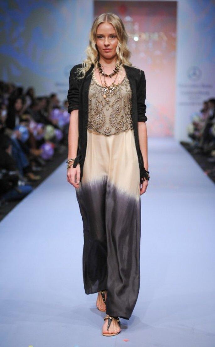 Vestido largo holado con tendencia hombre y cardigan negro a juego - Foto Mercedes Benz Fashion Week México