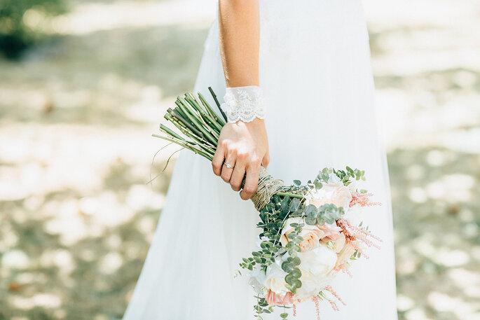 noiva metade com bouquet na mão