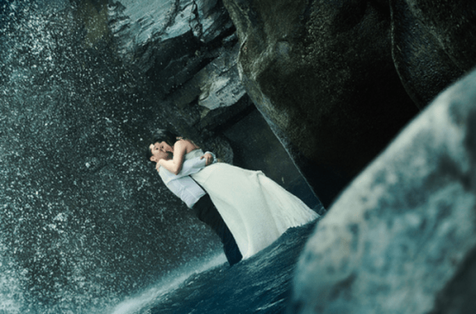 Sesión de fotos Trash the Dress con cascadas y escenarios naturales - Foto Casa Fragma