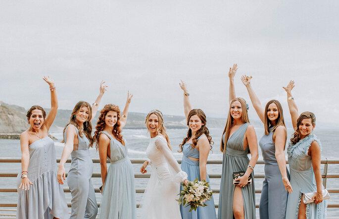 noiva com as damas de honor vestidos azuil celeste