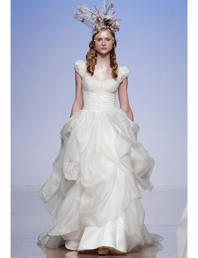 Brautkleid mit Puffärmeln und weit ausgestelltem Rock von Victorio & Lucchino, Kollektion 2012.