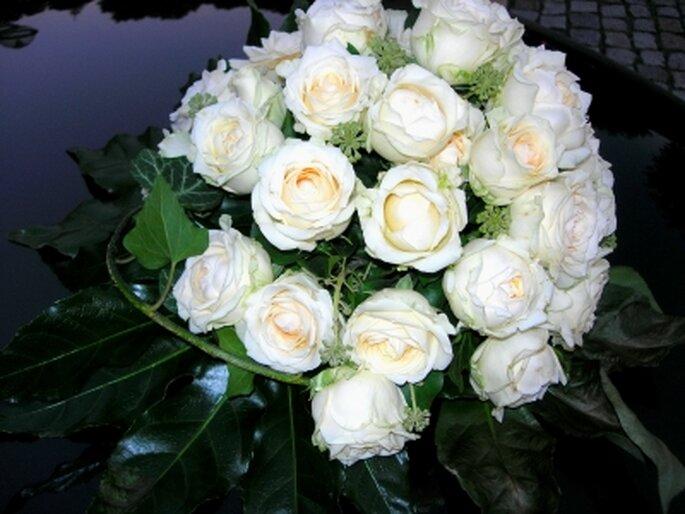 Ein weißer Brautstrauß passt immer. Photo: Birgit Winter / pixelio.de