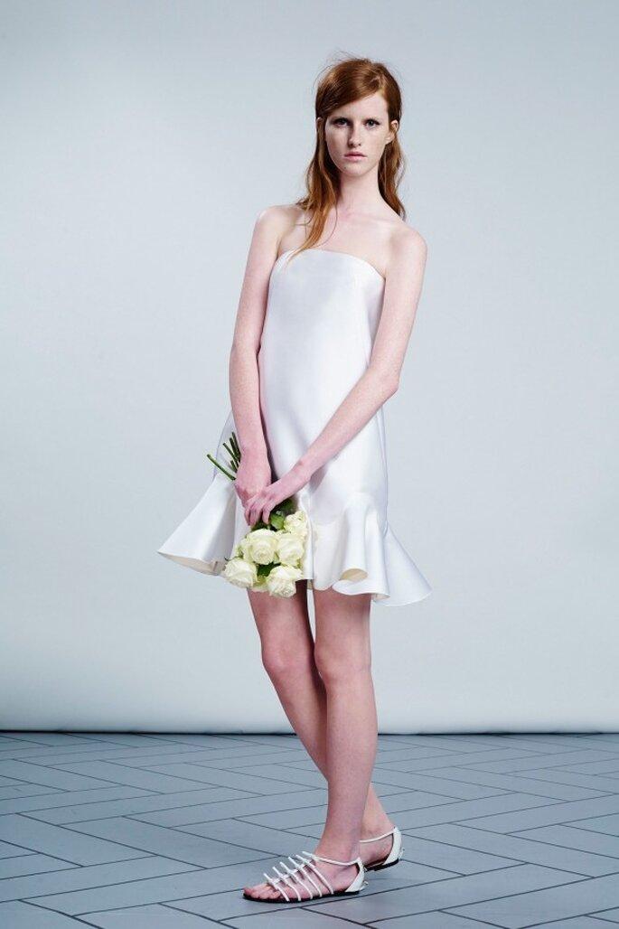 Vestido de novia corto con escote palabra de honor y holanes en la falda - Foto Viktor & Rolf