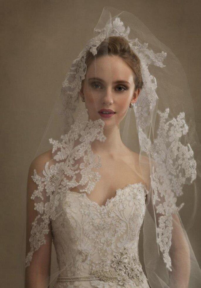 Un encantador velo de novia con exquisitos bordados de encaje - Foto Eve of Milady & Amalia Carrara