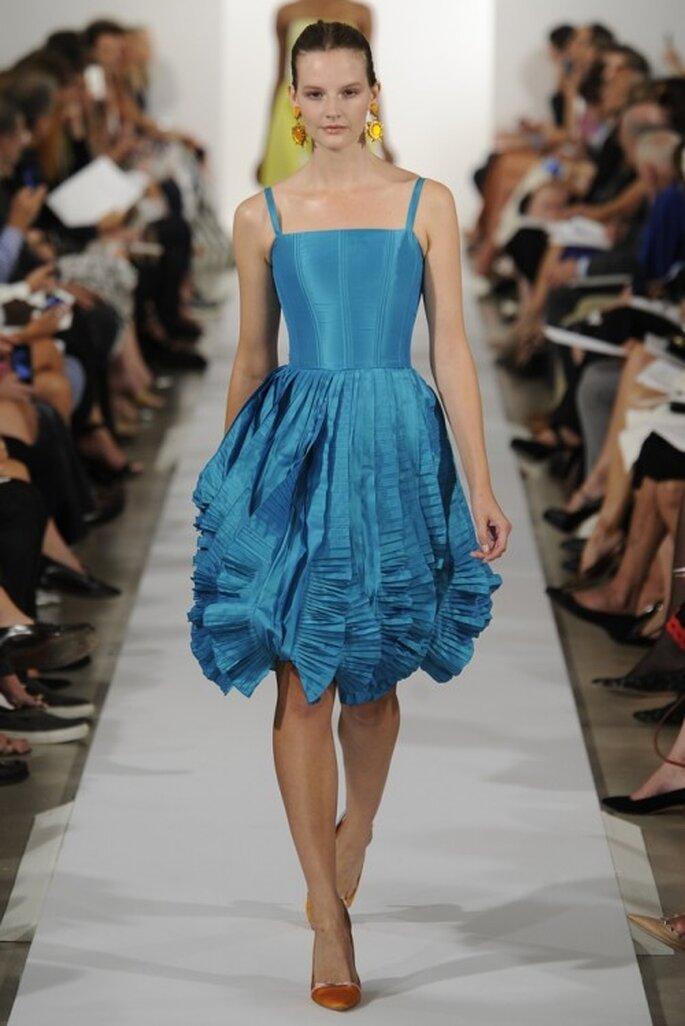 Vestido de fiesta 2014 en color azul intenso con escote cuadrado y falda voluminosa de corte A - Foto Oscar de la Renta