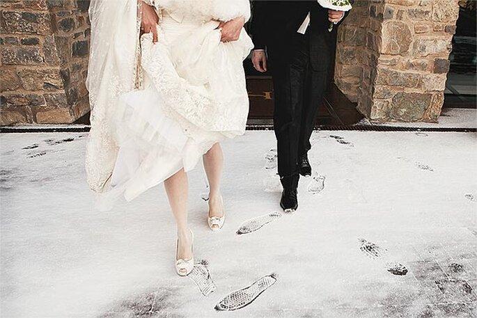 Instantánea de unos novios saliendo de la Iglesia en plena nevada. Foto: Cherry Waves