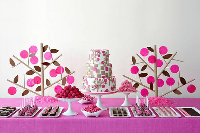Decoración para mesa de postres de boda con estilo divertido con base en color rosa fiusha - Foto Amy Atlas