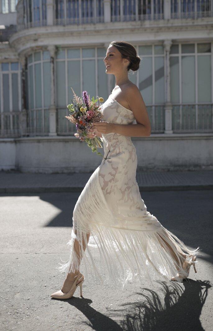 Vestido de novia con corte recto midi estilo vintage de una manga con bordado de flores con flecos