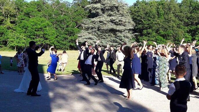 Les mariés s'amusent avec leurs invités.