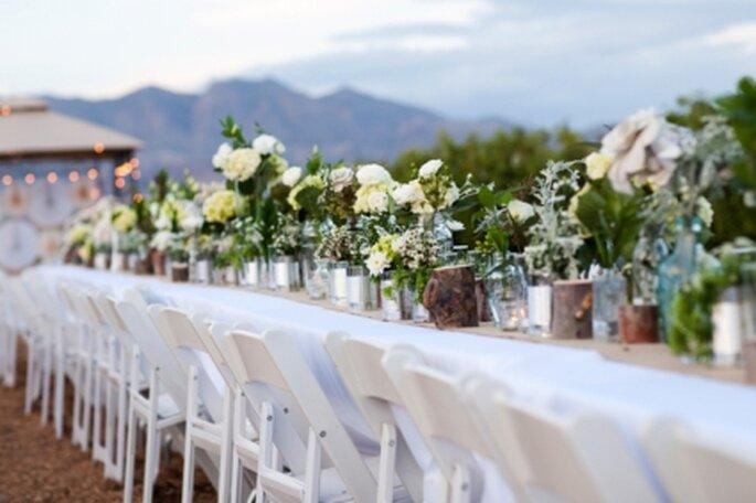 Esta idea es útil para mesas individuales o para una mesa larga, tipo buffet. Foto: Stylemepretty