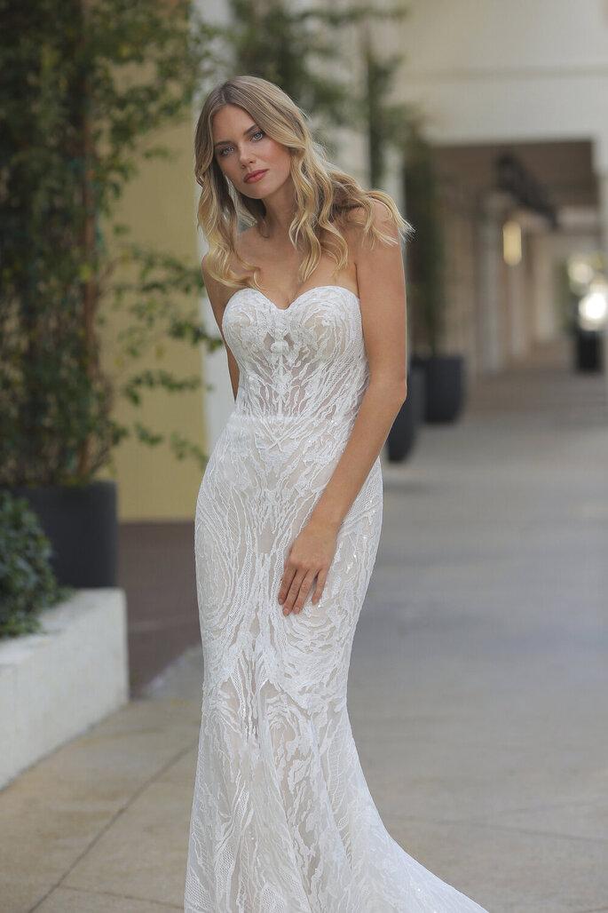 Vestido de novia con corte de sirena y escote de corazón con bordados y pedrería