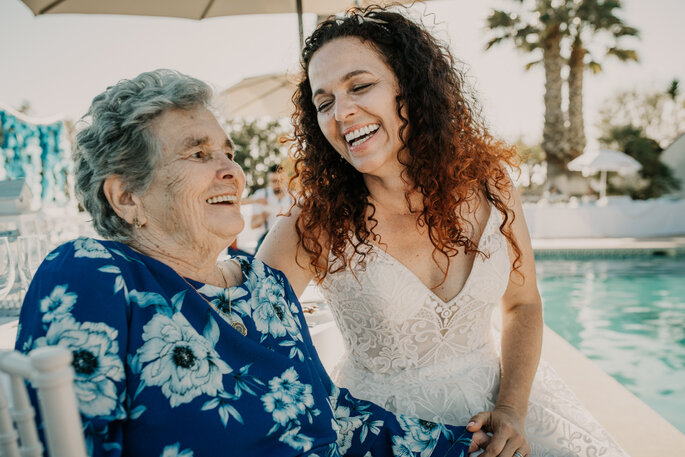 avó e neta noiva a rir