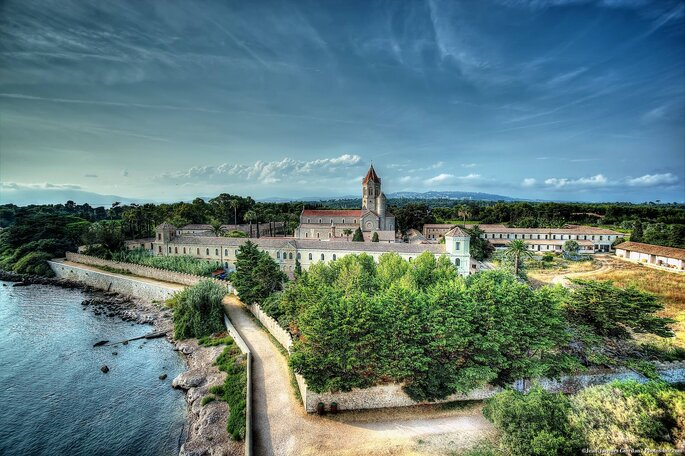 Abbaye de Lérins - plage - sud -paca - mariage à la plage - mer méditerranée - couple