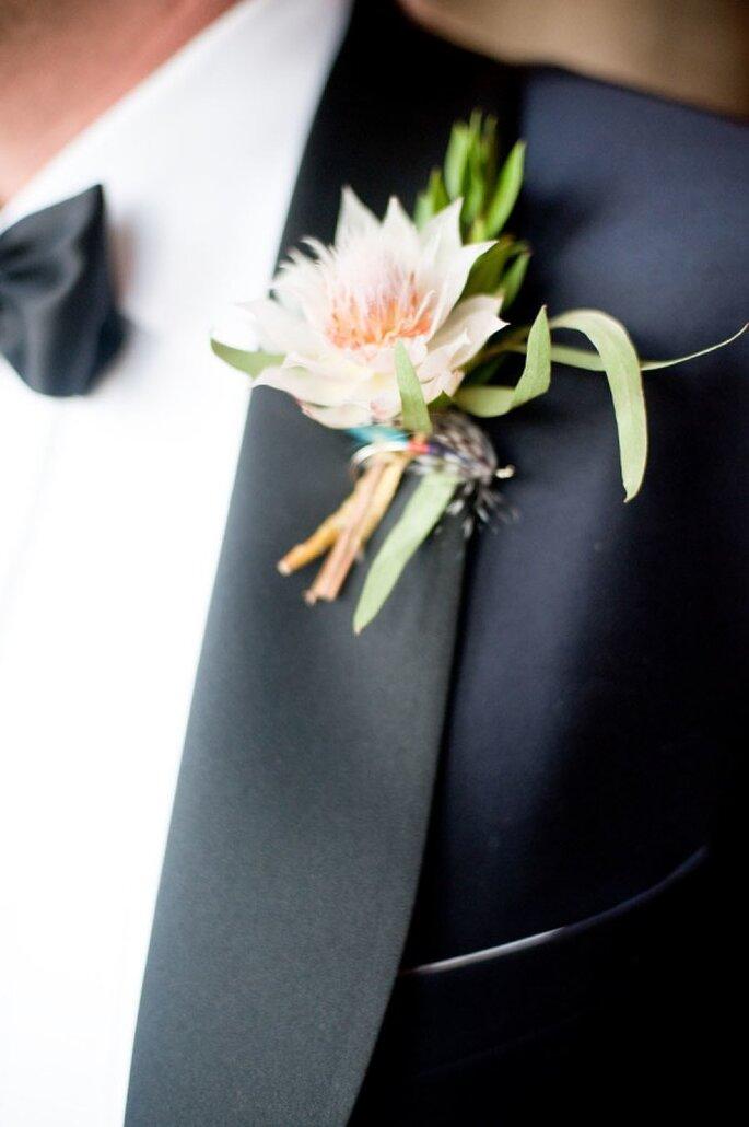 Haz que tu novio se luzca el día de la boda con una flor fuera de lo común en su boutonniere - Foto Paige Elizabeth Photography