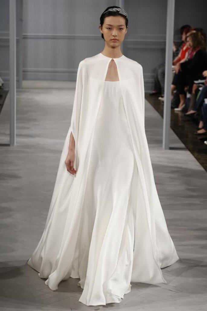 """Capa """"Tatiana"""" en seda blanca de Monique Lhuillier 2014. Foto: www.moniquelhuillier.com"""