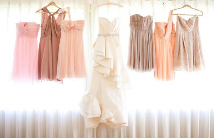 Vestidos desiguales para tus damas de boda en tonos neutros - Foto Annie McElwain Photography