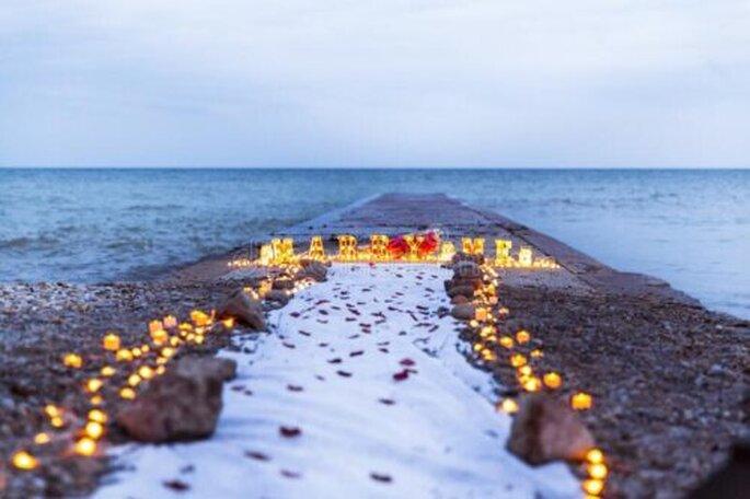 Propuesta de matrimonio con velas en la playa