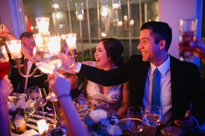 Novios brindando en su boda