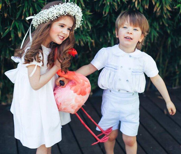crianças vestidas de festa