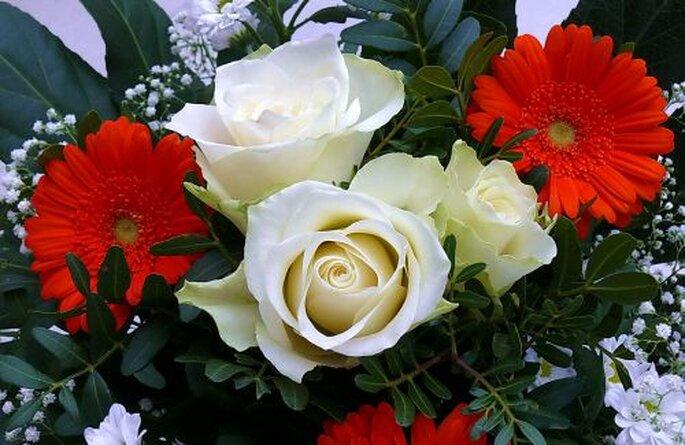 Ein Blumenstrauß zum Valentinstag kommt immer gut an! - Foto: Rosel Eckstein  / pixelio.de