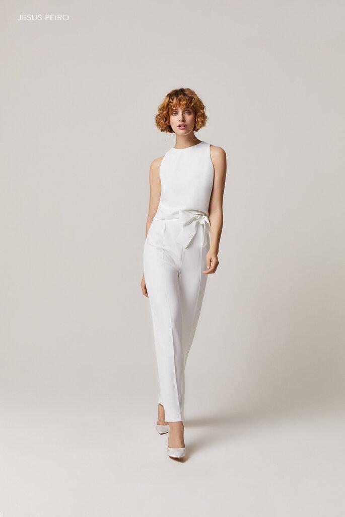 Vestido de novia para boda civil Jesus Peiro Tres piezas; capa, cuerpo y pantalón pitillo. Todos confeccionado en crep con lazo muaré en cintura.