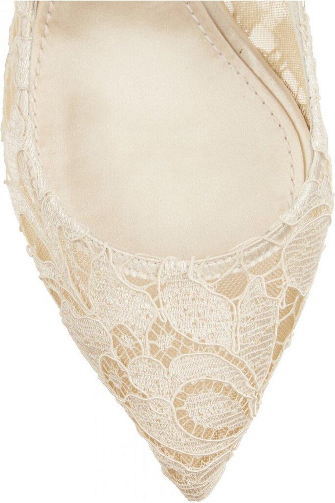 Hermosos bordados de encaje en color nude como tendencia en zapatos de novia 2015 - Foto Dolce Gabbana en Net a Porter