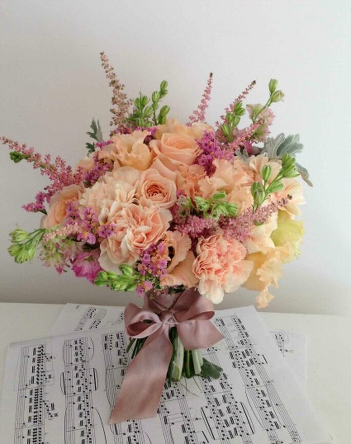 Photo et bouquet de mariée Lily Griffiths - Rose, Oeillet, Delphinium, Astilbe, etc