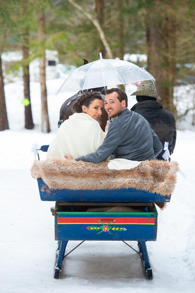 Jeunes mariés à traineau dans la neige