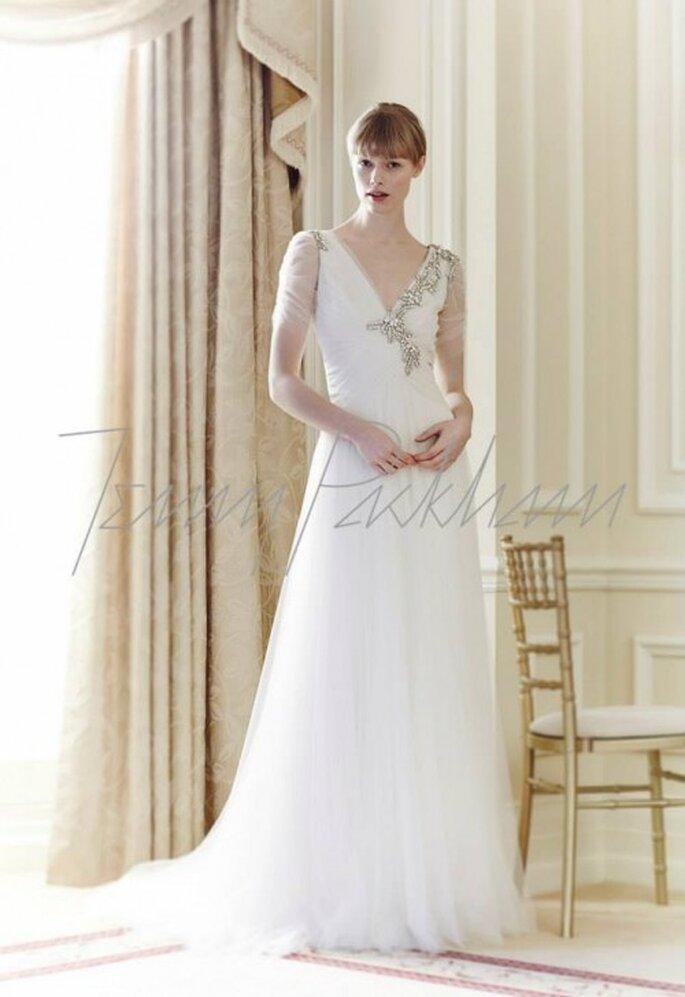 Vestido de novia 2014 en color blanco con detalle de incrustaciones, mangas ceñidas y falda con linda caída - Foto Jenny Packham